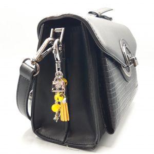 Bijou de sac jaune sur sac à main noir