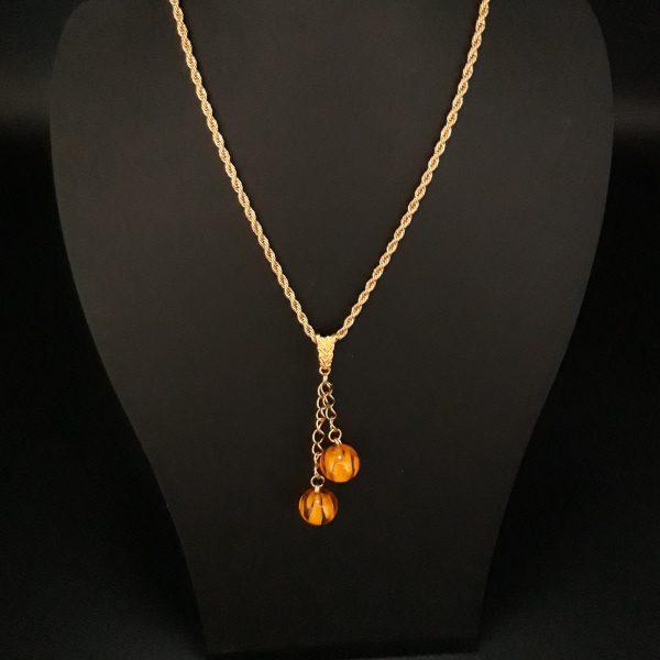 collier ambre sur support