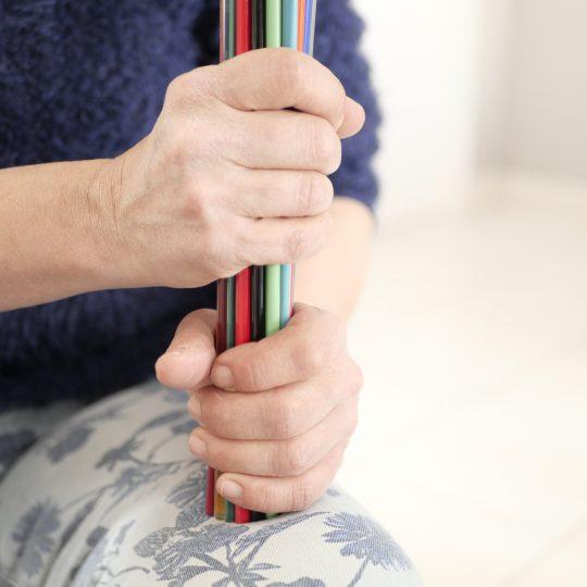 Sandrine, la créatrice qui tient sa matière première : des verres filés de Murano de différentes couleurs